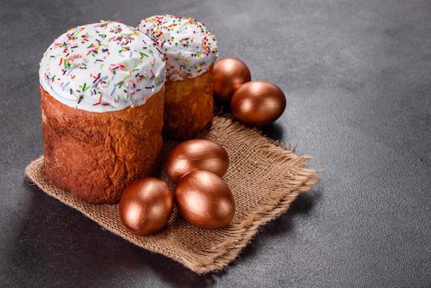 Uova di pasqua oro e bronzo e torta di pasqua. preparazione per le vacanze