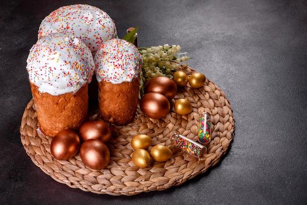 Uova di pasqua oro e bronzo e torta di pasqua.
