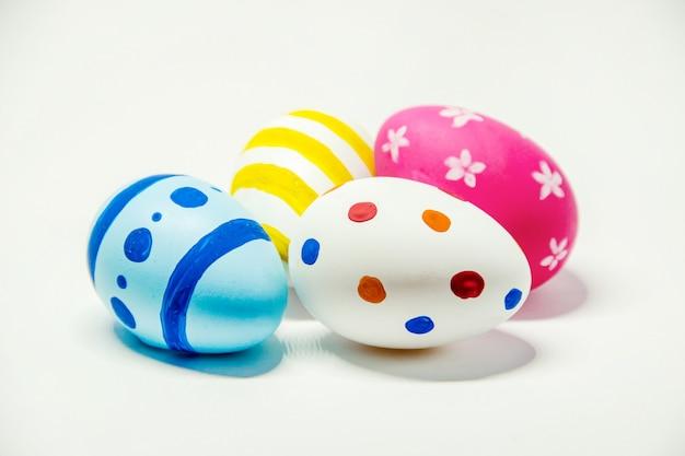 Uova di pasqua perfette fatte a mano. su sfondo bianco isolato. messa a fuoco selettiva