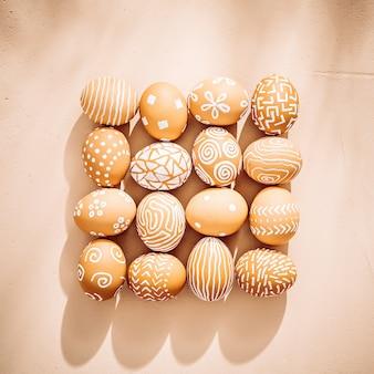 Uova di pasqua presentate quadrate su fondo strutturato dell'argilla