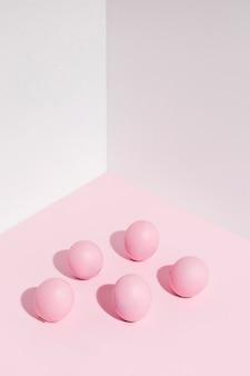 Uova di pasqua rosa sparse sul tavolo