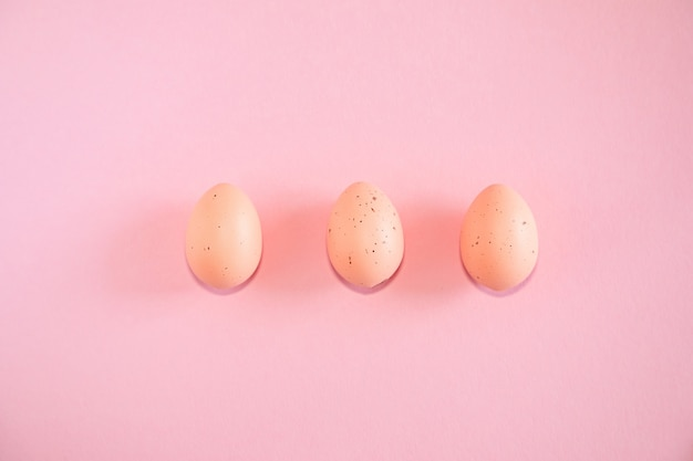 Uova di pasqua rosa su sfondo rosa