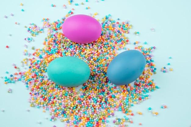 Uova di pasqua su codette colorate