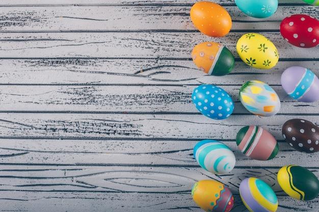Uova di pasqua su fondo in legno chiaro.
