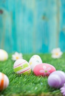 Uova di pasqua su un'erba verde