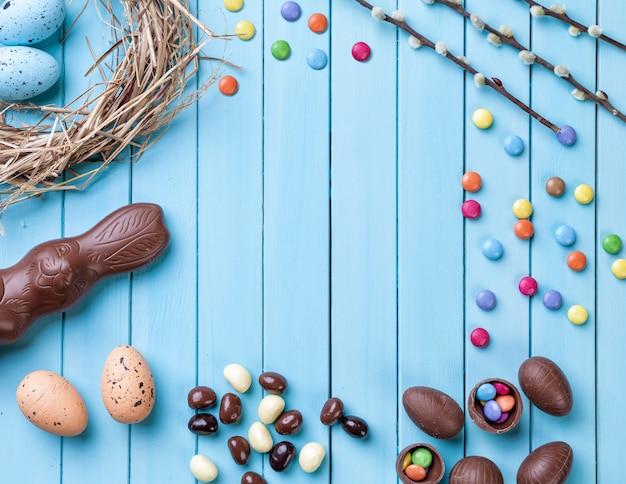 Uova di pasqua su un fondo di legno