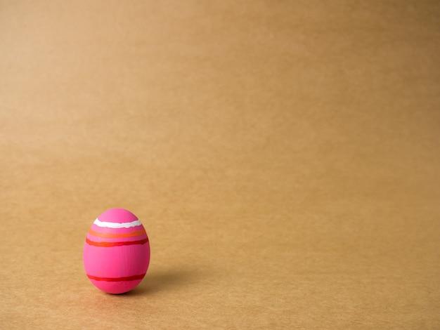 Uova di pasqua su una priorità bassa marrone