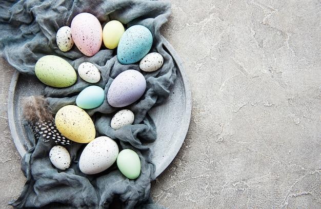 Uova di pasqua sul piatto