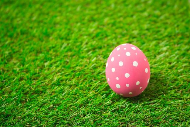 Uova di pasqua sull'erba verde.