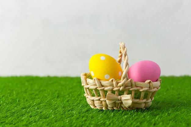 Uova di pasqua sull'erba