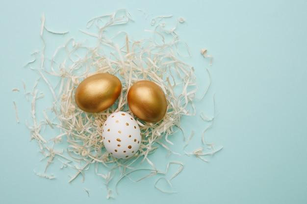 Uova di pasqua sulla parete blu