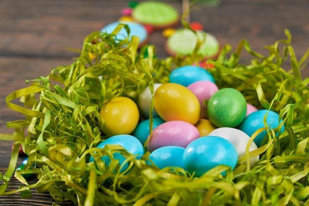 Uova di pasqua variopinte in nido verde.