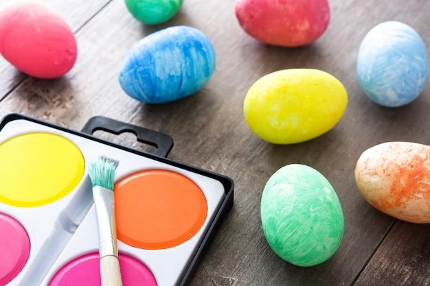 Uova di pasqua variopinte sulla tavola di legno