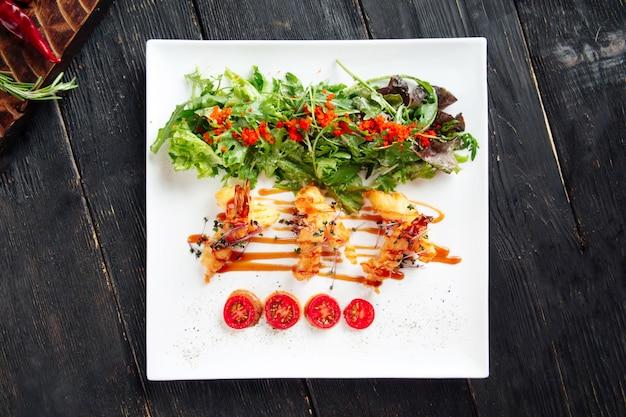 Uova di pesce fritte nel grasso bollente gastronomiche del pesce volante della rucola