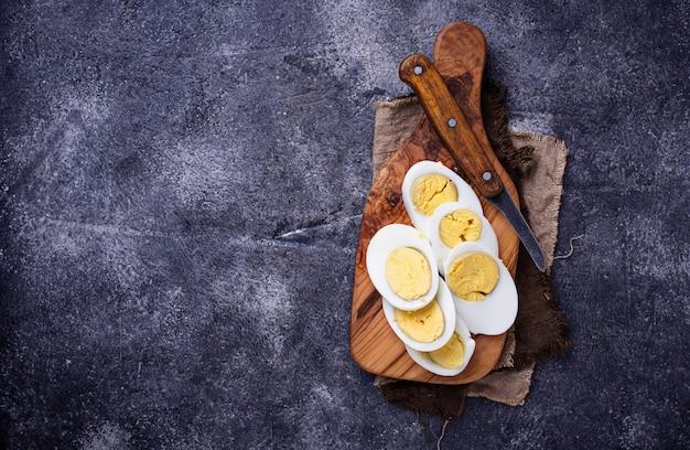 Uova di pollo a fette bollite sul tagliere