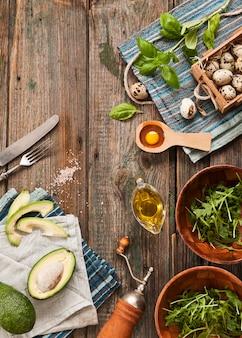 Uova di quaglia, avocado e ingredienti verdi freschi per l'insalata di primavera. cibo sano dietetico