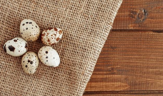 Uova di quaglia che giacciono sul sacco. il concetto di mangiare sano