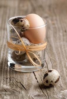 Uova di quaglia e pollo in vetro