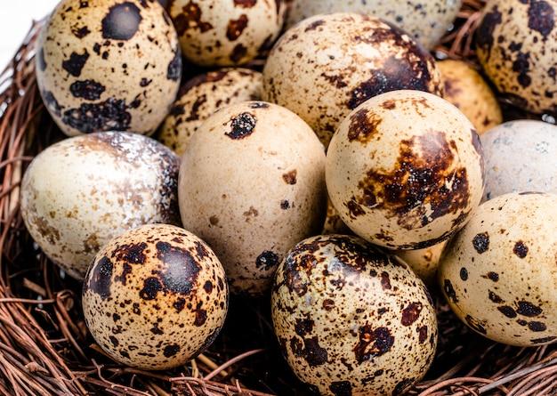 Uova di quaglia fresche, di fattoria, crude. dieta proteica. dieta sana.