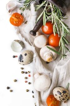 Uova di quaglia, funghi, pomodori e rosmarino