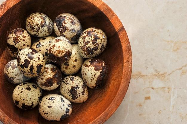 Uova di quaglia in un piatto su un tavolo di marmo