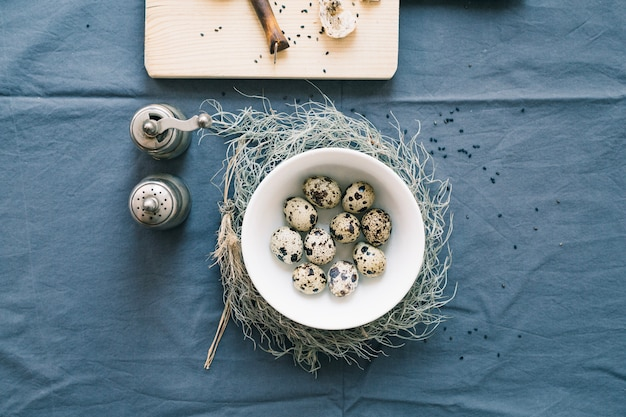 Uova di quaglia in una ciotola