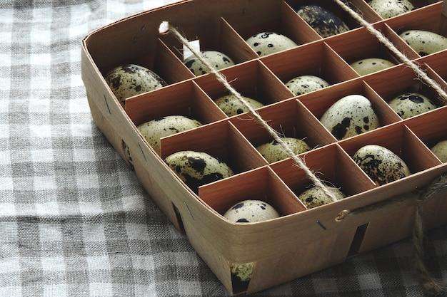 Uova di quaglia in una scatola di legno. uova di quaglia fatte in casa. cibo ecologico.