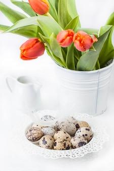Uova di quaglia su bianco con fiori