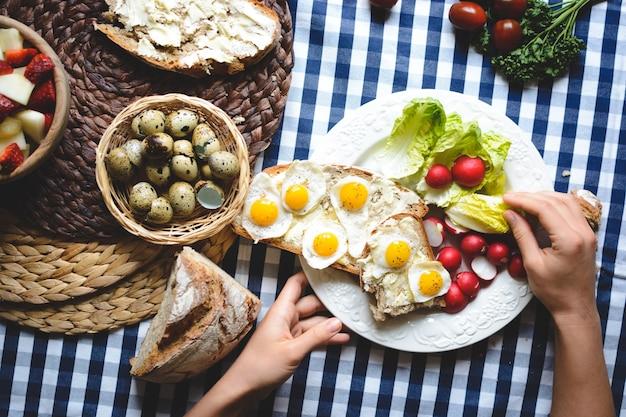 Uova di quaglia su pane con burro