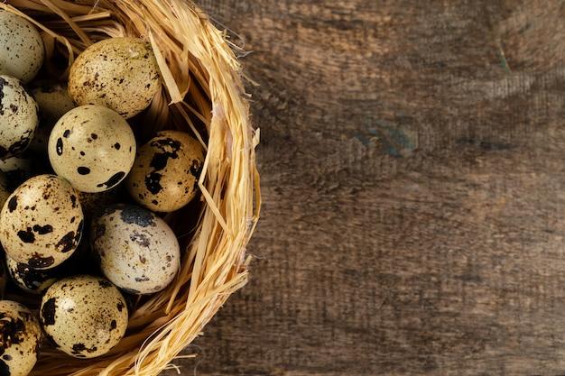 Uova di quaglie in nido sulla tavola di legno