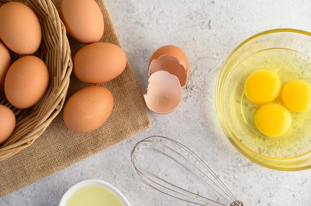 Uova e olio organici che preparano cucinando pasto