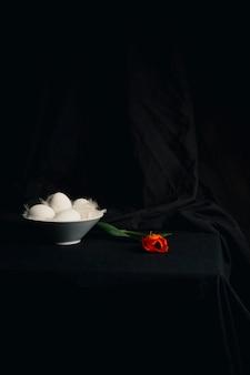 Uova e piume vicino al fiore d'arancio