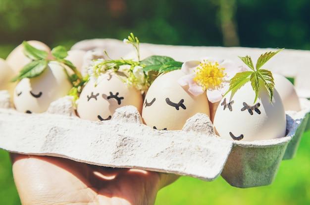 Uova fatte in casa con belle facce e un sorriso. messa a fuoco selettiva