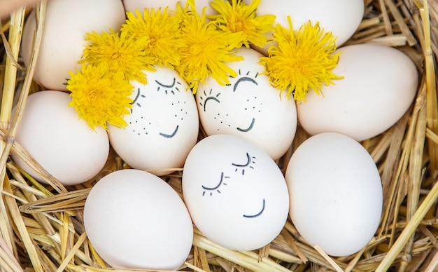 Uova fatte in casa con belle facce e un sorriso.