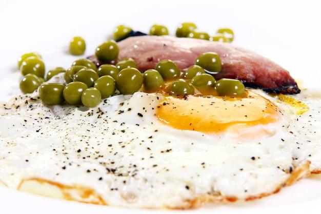 Uova fresche con griglia bekon