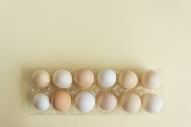 Uova fresche da polli domestici.
