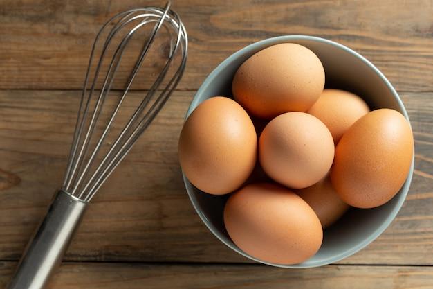 Uova fresche nella ciotola