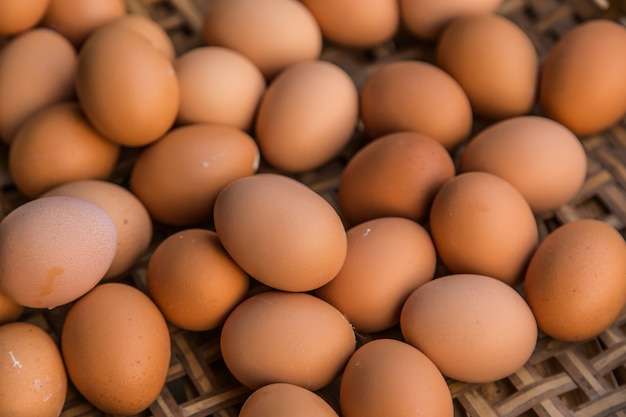 Uova fresche nella fine del mercato in su