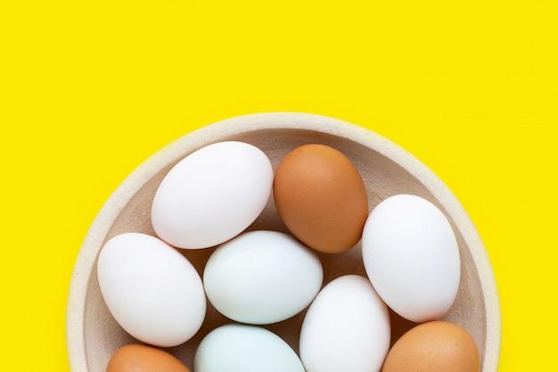 Uova fresche su giallo