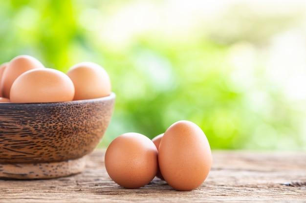 Uova fresche sul tavolo in legno per il concetto di cibo