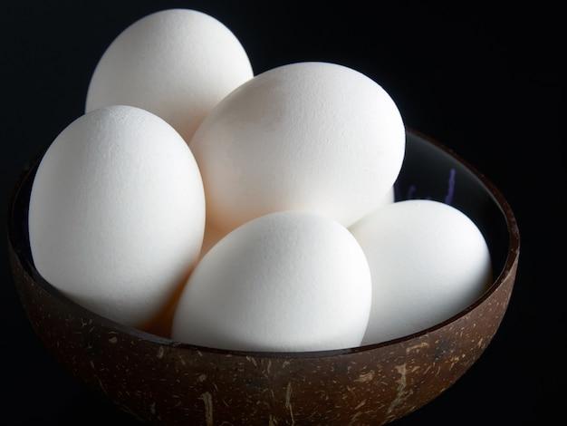 Uova fresche sullo sfondo nero