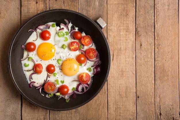 Uova fritte con cipolla e altre verdure