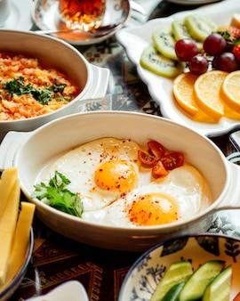 Uova fritte con pomodoro a fette in cima