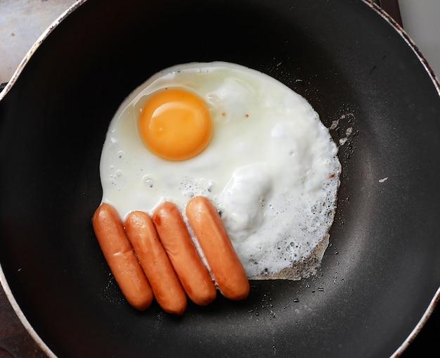 Uova fritte con salsiccia