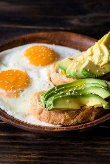 Uova fritte con toast e avocado