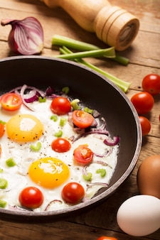 Uova fritte con verdure. colazione salutare