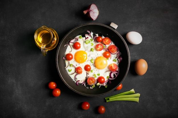 Uova fritte con verdure