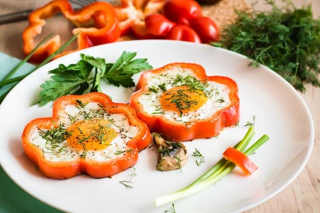 Uova fritte in pepe ed erbe sul piatto