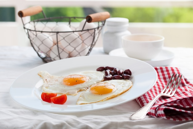 Uova fritte in un piatto con una forchetta