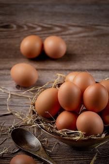 Uova in tazze su tela con erba secca.
